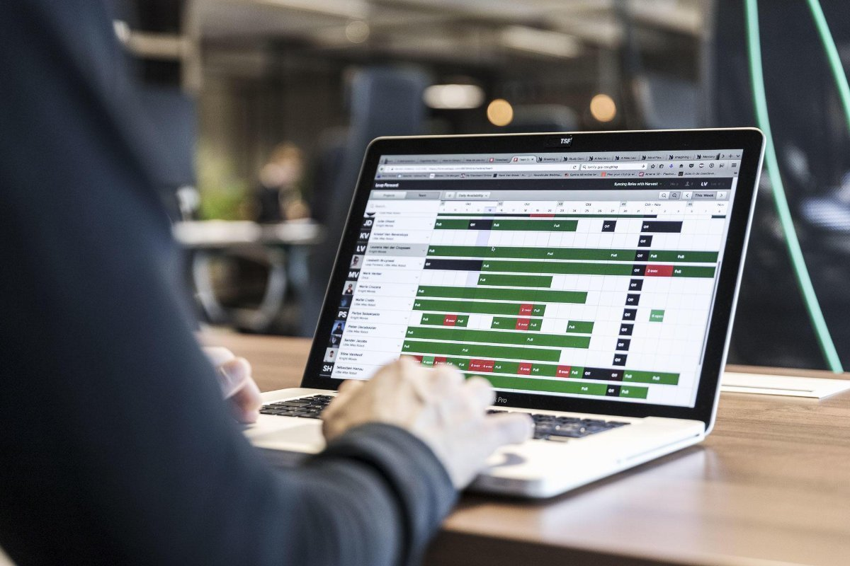 project manager bekijkt timesheets